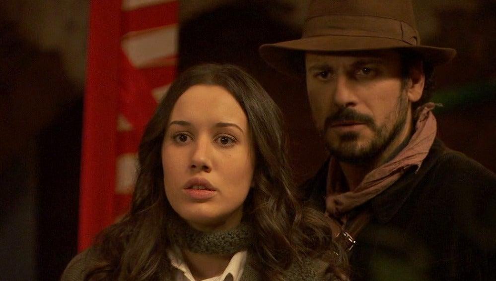 Joaquina amenaza a Aurora, Gonzalo y Conrado con un cuchillo