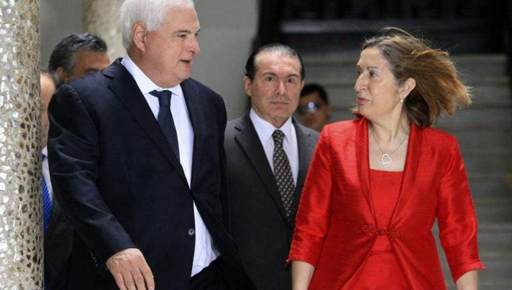El presidente de Panamá, Ricardo Martinelli (i), y la ministra española de Fomento, Ana Pastor (d)