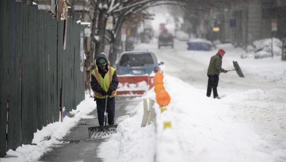 Un obrero retira la nieve acumulada frente a la obra en la que trabaja en Nueva York