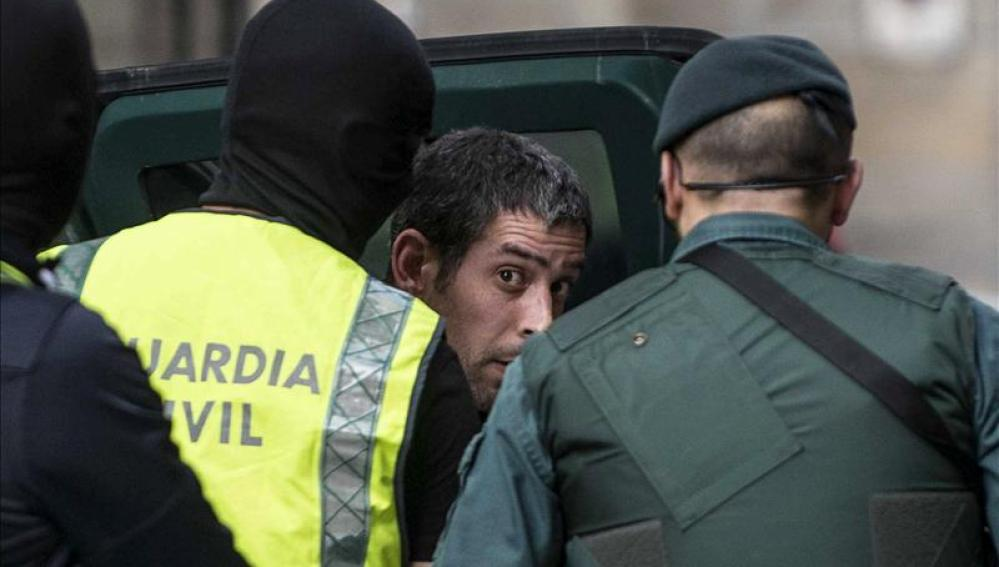 Agentes de la Guardia Civil custodian a Egoitz López