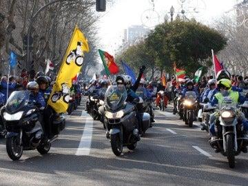 Miles de moteros participan en el desfile de banderas de Pingüinos 2014 por las calles de Valladolid