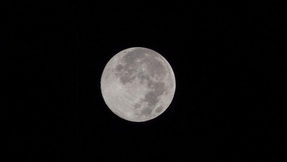 Fotografía de la luna llena en el cielo