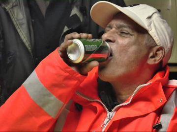 Uno de los empleados bebiendo cerveza