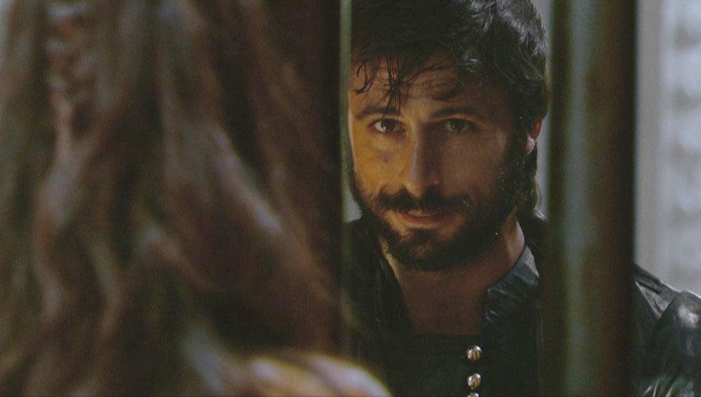 Ana se fija en Juan Salazar