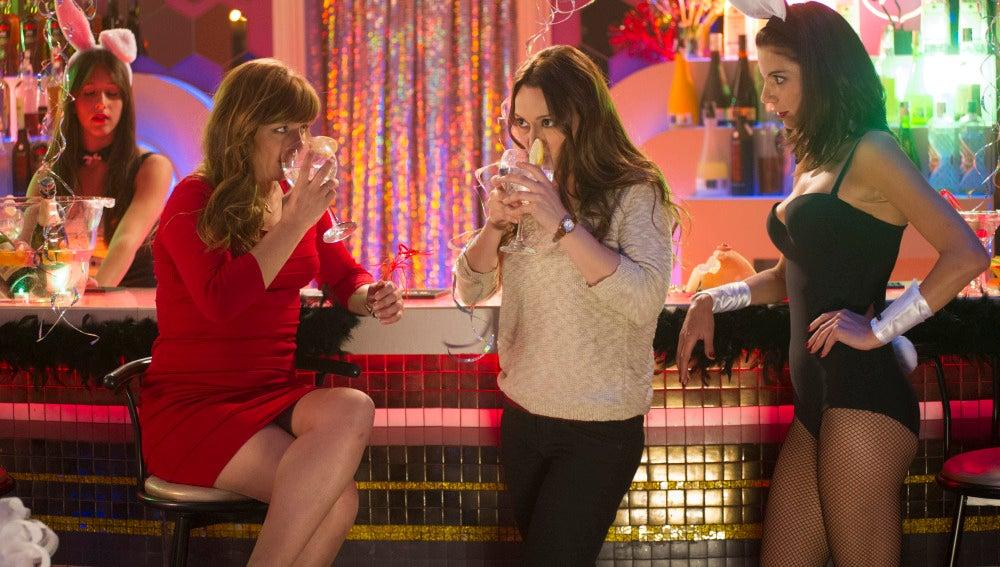 Charo, Violeta y Norma charlan en el bar