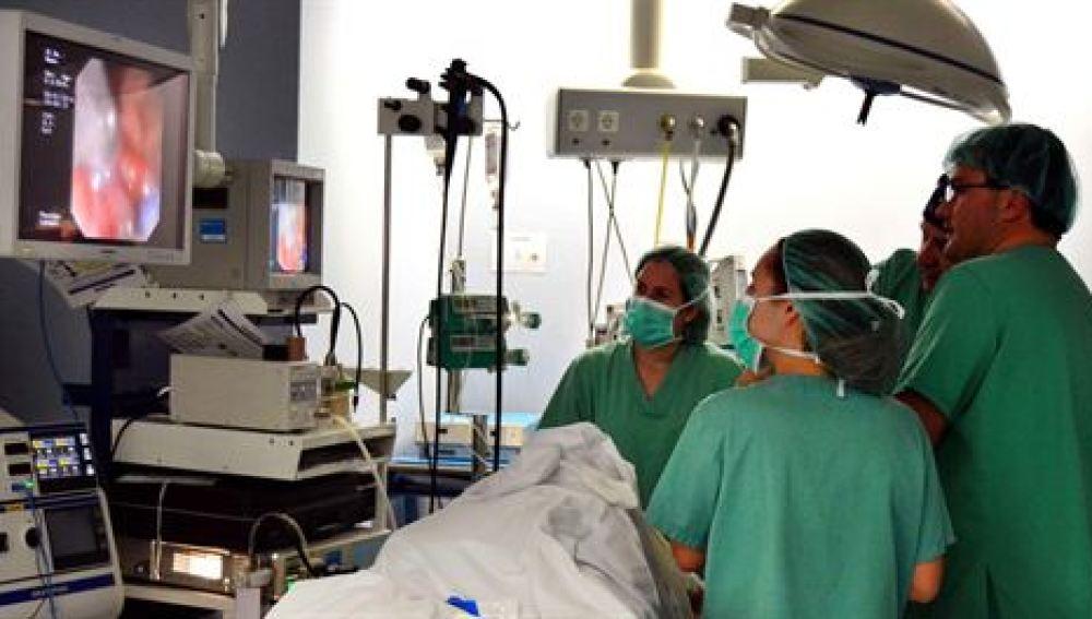 La operación se realiza por vía oral mediante una endoscopia.