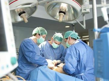 Intervención de la extirpación de un tumor.