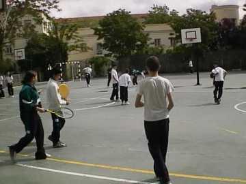 Unos niños juegan en el patio del colegio