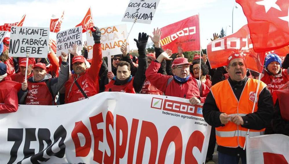 Trabajadores de Coca-Cola protestan frente a las oficinas de Iberian Partners