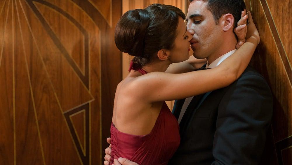 Ana y Alberto se besan en el ascensor