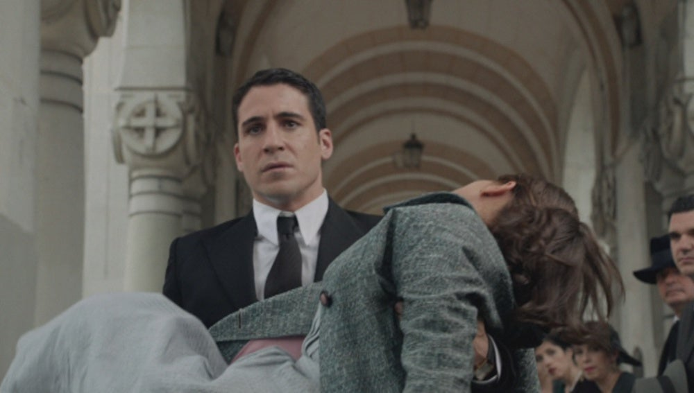Ana se desmaya en el funeral de don Rafael