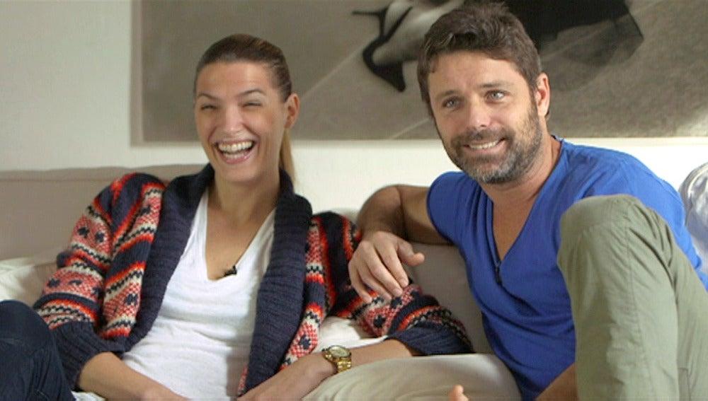 Laura y David ensayan en el salón de su casa