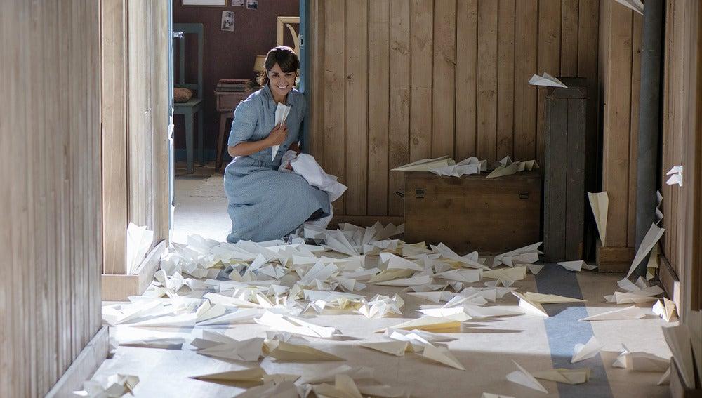 Alberto sorprende a Ana llenando el pasillo con aviones de papel