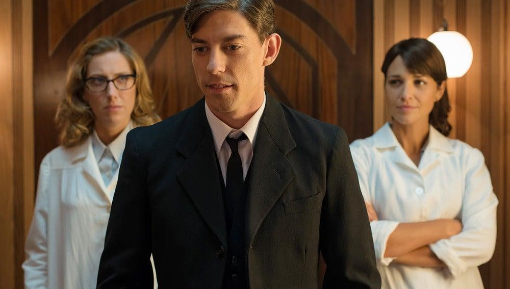 Rita y Ana miran a Pedro