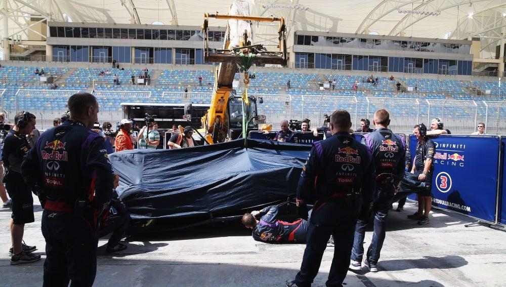 Los mecánicos revisan el monoplaza de Vettel