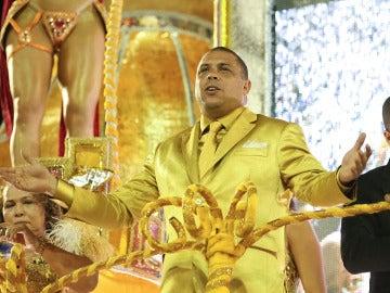 Ronaldo, vestido en color oro, gran estrella del Carnaval de Sao Paulo