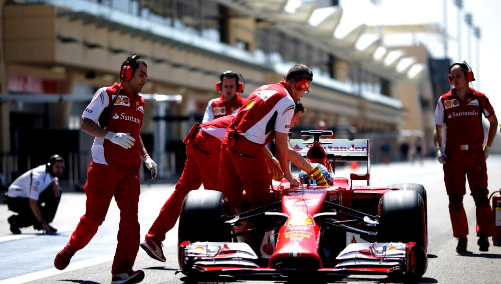 Alonso entra a boxes