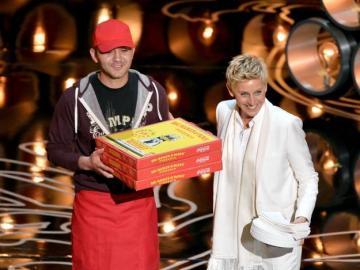 Ellen DeGeneres aparece en el escenario junto a un repartidor con varias pizzas