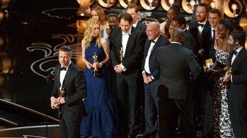 Brad Pitt recoge el premio a la mejor película como productor de '12 años de esclavitud'