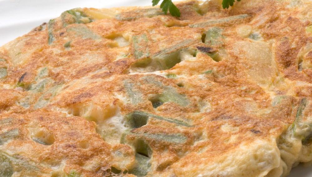 Tortilla de borraja, ajos frescos y gambas