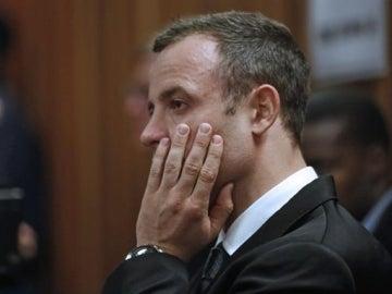 El atleta paralímpico Oscar Pistorius asiste a su juicio en Pretoria, Sudáfrica.