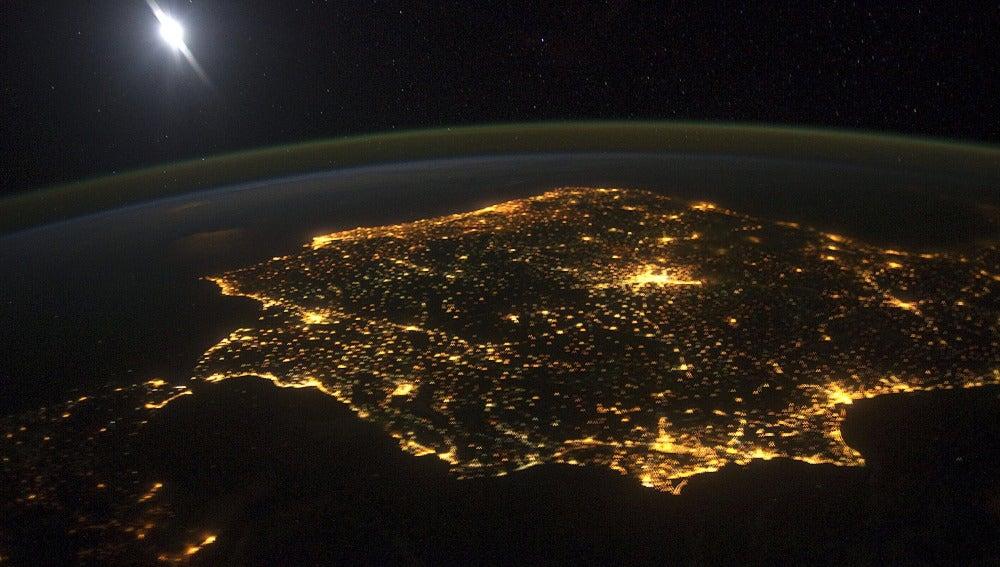 La península ibérica por la noche vista a 400 kilómetros de la Tierra