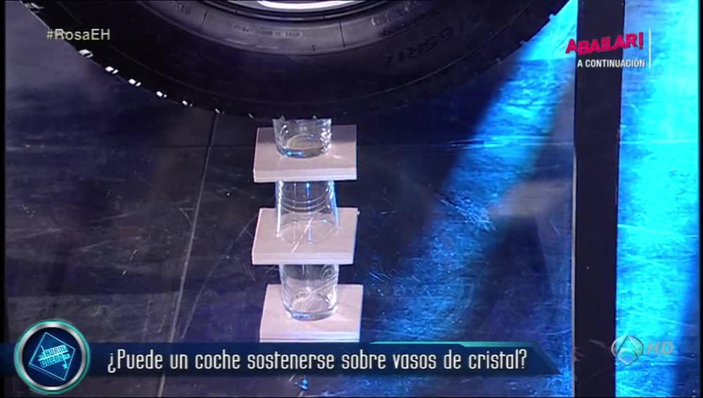 ¿Puede un coche sostenerse sobre vasos de cristal?