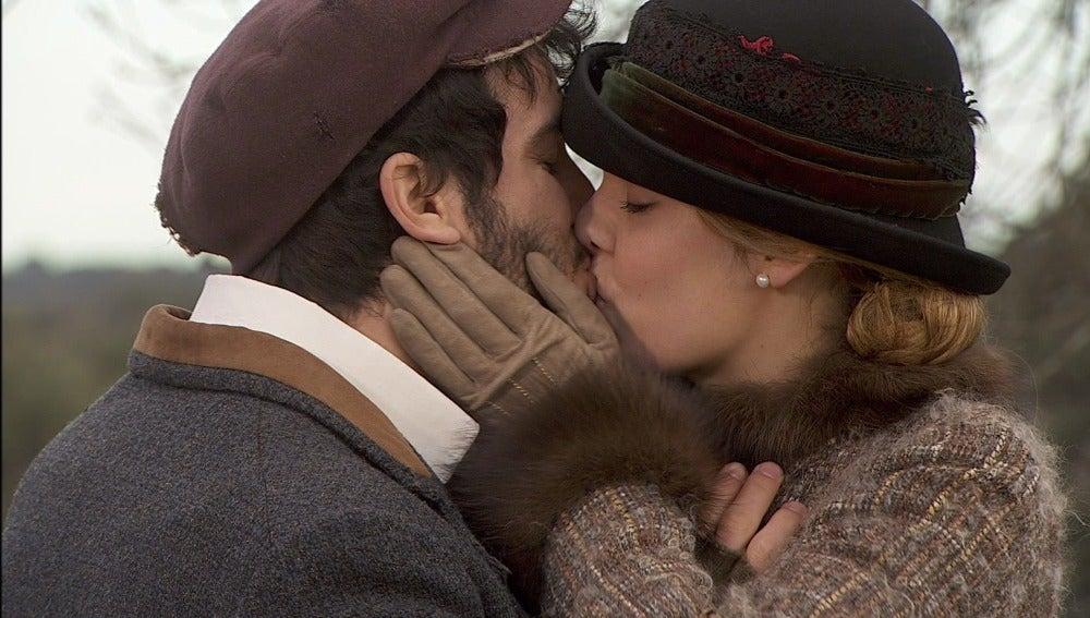 Avance Soledad y Simon se besan