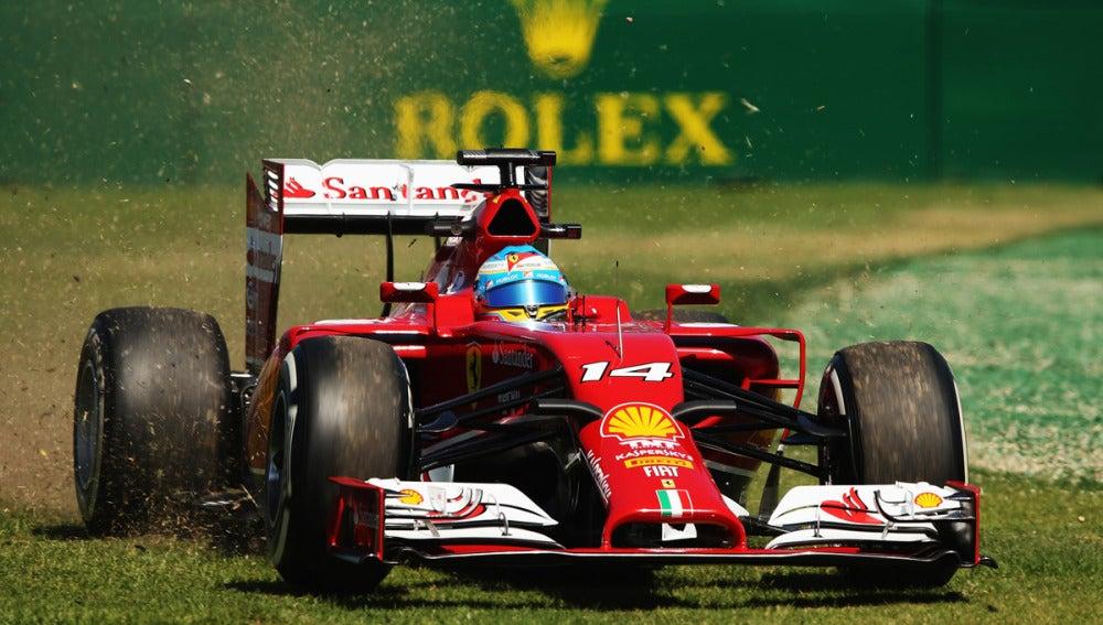 Alonso pilota por el césped australiano