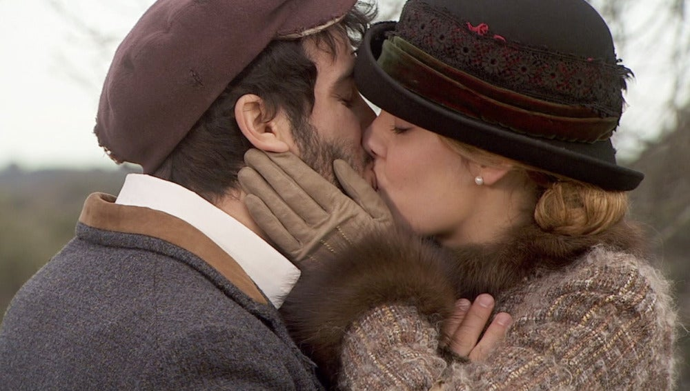 Soledad y Simón se besan apasionadamente