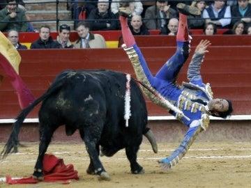 """El diestro Manuel Jesús """"El Cid"""" sufre un revolcón en la faena a su primer toro"""