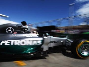 Hamilton sale de su garaje