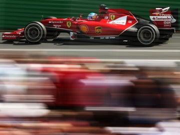 Alonso muestra el Ferrari en Melbourne