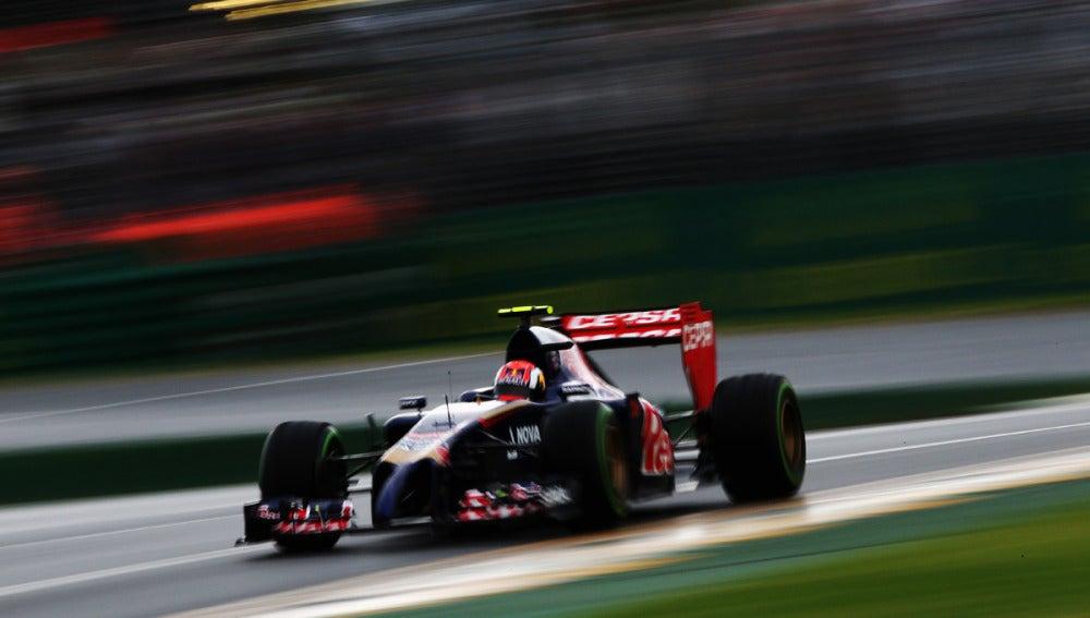 Kvyat rueda con el Toro Rosso