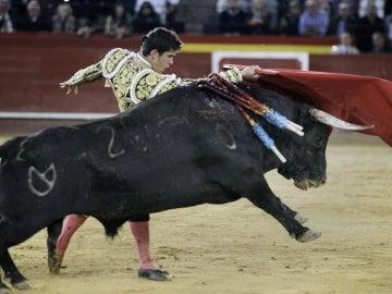 El diestro Daniel Luque da un pase de pecho a su segundo toro