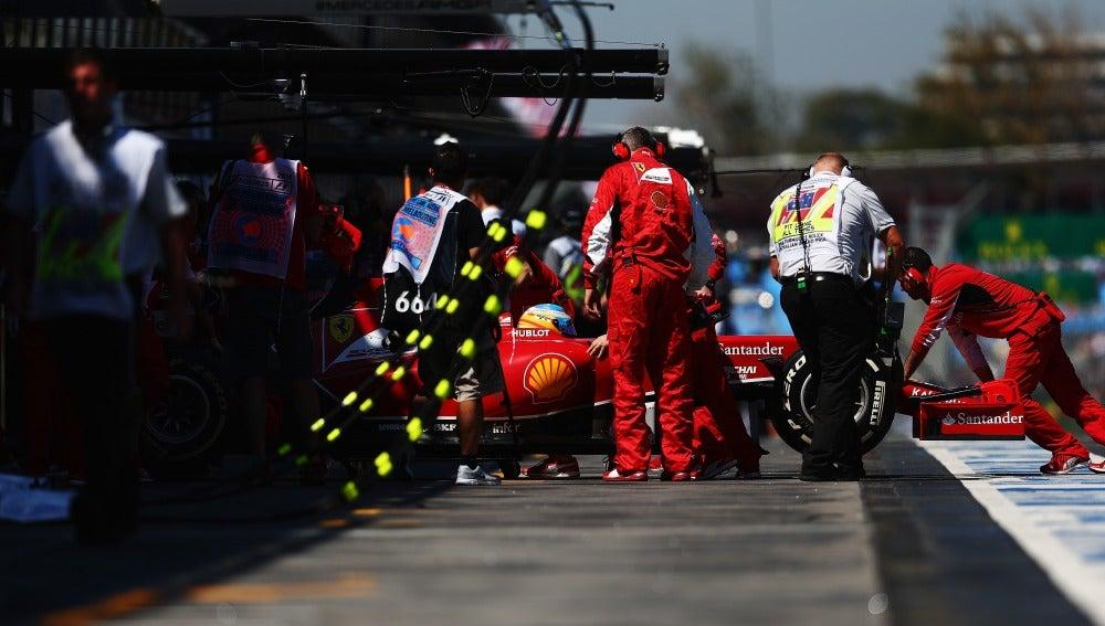 El F14 T de Alonso vuelve a boxes