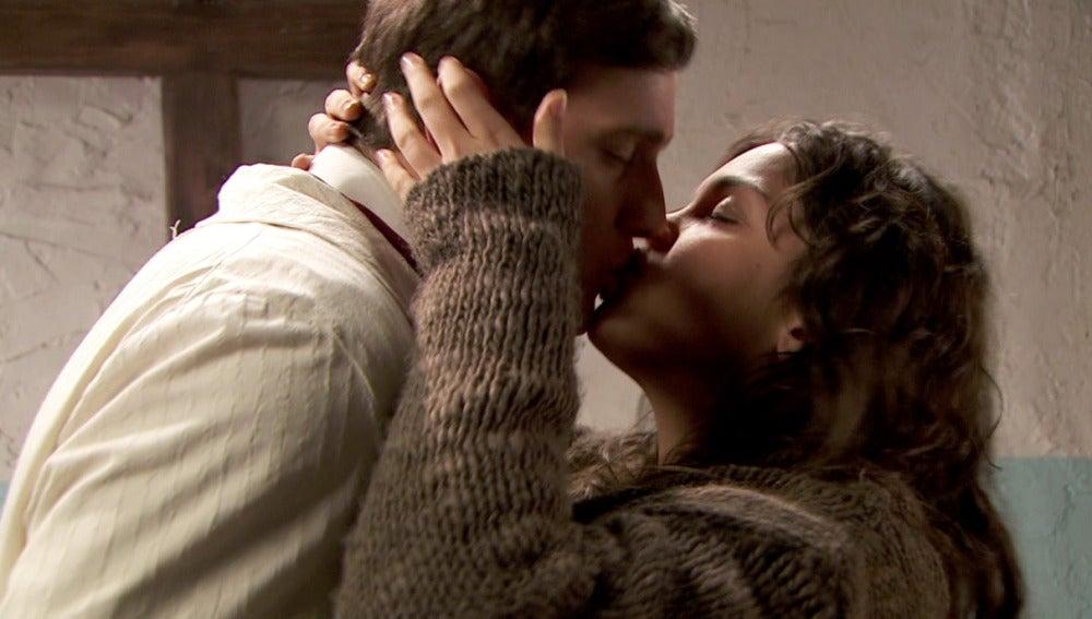 Lesmes visita a Jacinta y se besan apasionadamente