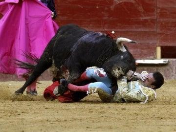 El torero Enrique Ponce sufre un percance con el primer toro de su lote