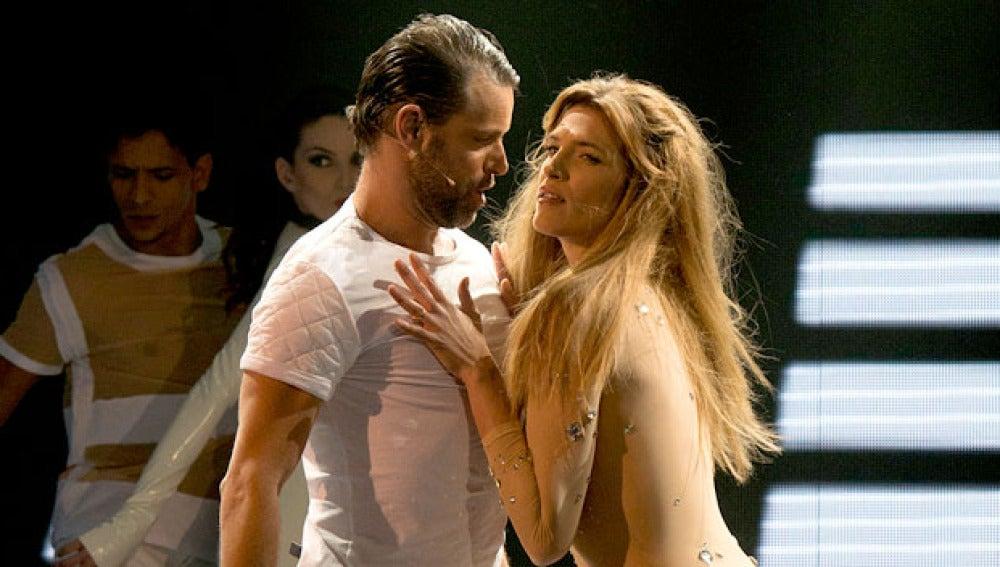 Laura y David Bailan 'Toxic' de Britney Spears