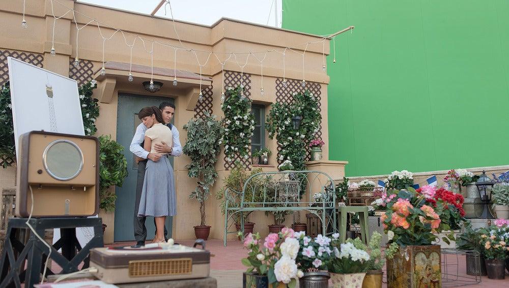 Paula y Miguel Ángel graban en la azotea la sorpresa de cumpleaños de Ana