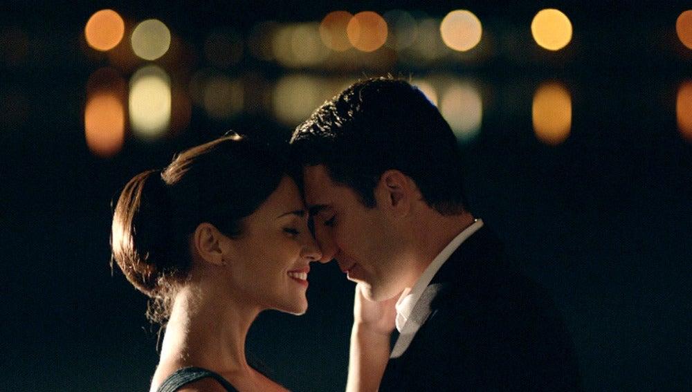 Ana y Alberto bailan bajo la luna de París