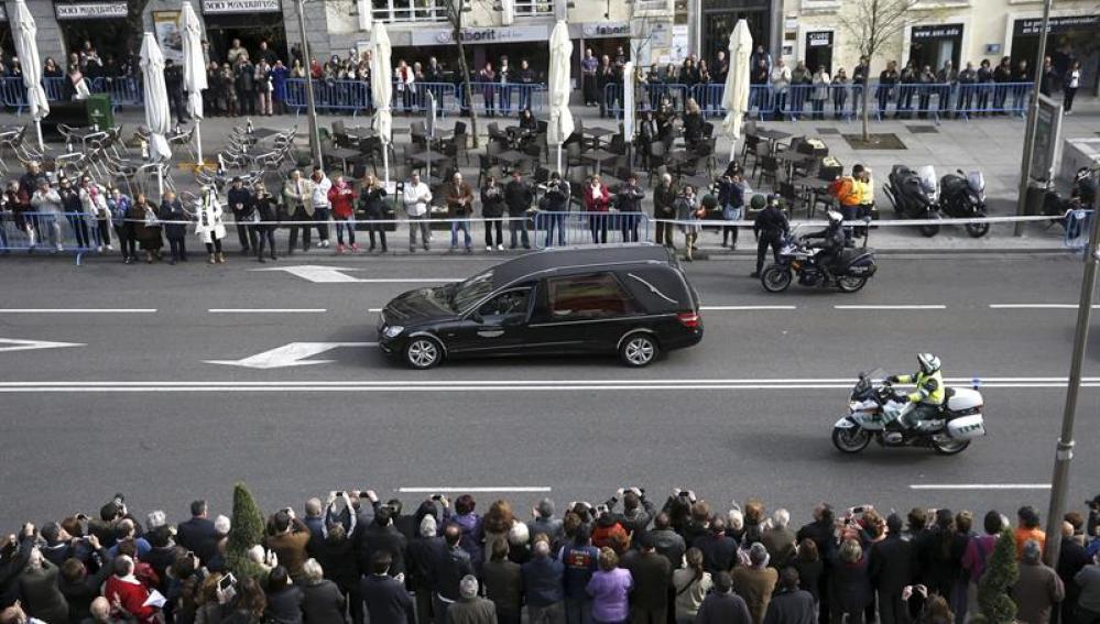 El féretro con los restos mortales de Adolfo Suárez camino al Congreso
