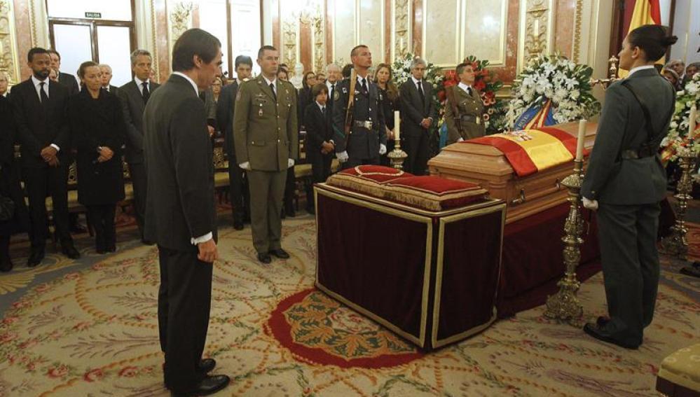 José María Aznar ante el féretro de Adolfo Suárez