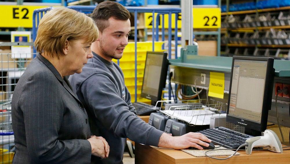 Merkel durante la visita al centro de formación para inmigrantes