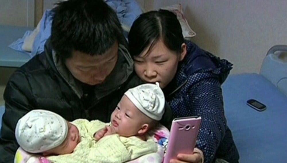Un equipo de cirujanos chinos ha separado con éxito a dos siameses unidos por el abdomen