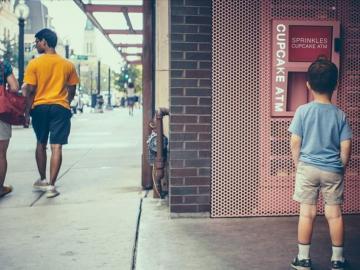Un niño observa el 'cajero' de 'cupcakes'