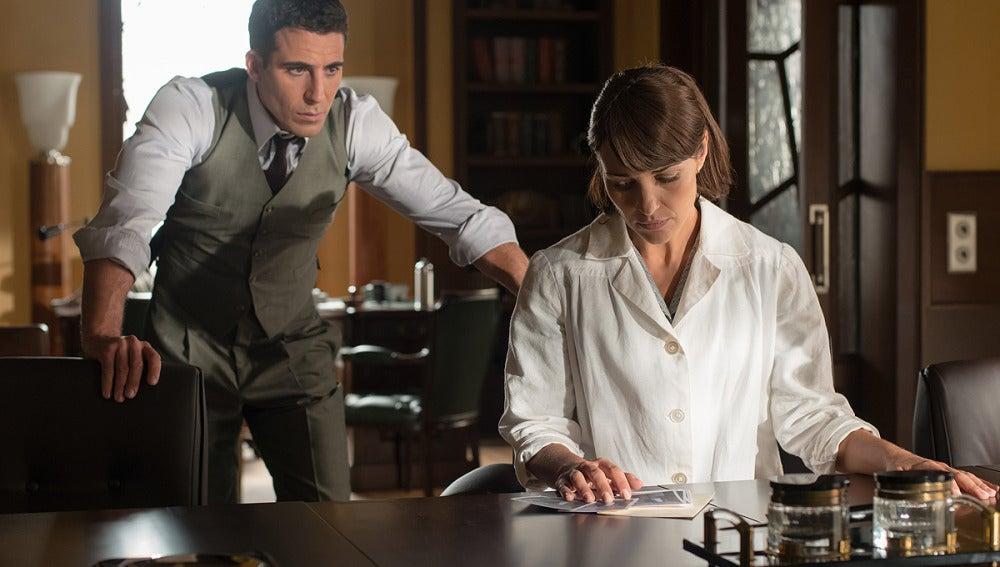 Alberto muestra a Ana las fotos que les hizo el detective