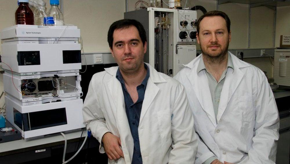 Víctor Quesada y Andrew Ramsay, en su laboratorio
