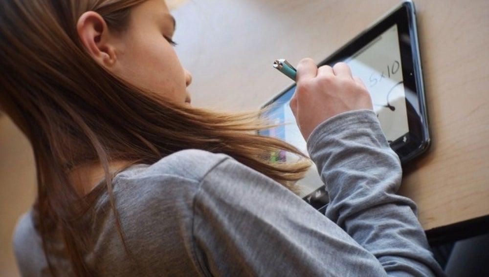 Una niña utiliza una tableta