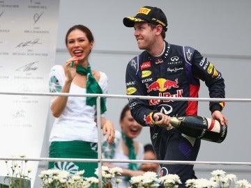 Vettel celebra su primer podio de la temporada